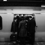電車で遭遇する「不快なこと」あるある...ビール飲むおっさん、スマホゲームに熱中するおばさん