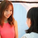 板野友美がソロ活動では初の握手会開催