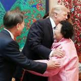 米大統領、元慰安婦を抱擁