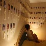 【画像】セックスした全ての男性の射精済みコンドームと写真を部屋に飾る女性