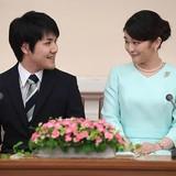 眞子さまが23日で27歳に 結婚延期の小室圭さんとの今後を案じる声も