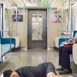 帰宅途中の電車内で飲酒はあり? 「ニオイが嫌だからやめて…」との声も