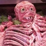 肉屋の「ハロウィン肉人間」が不買運動に発展!? 悪趣味センスに買い物客達が激怒!!!