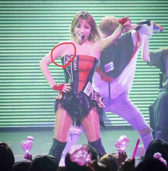 浜崎あゆみ、ボディコン衣装でステージ登場 細いウエストと筋肉質ボディから大人の色気:コメント16