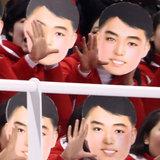 北朝鮮応援団の「金日成仮面?」に世界がビックリ 韓国は「違う」と火消し(平昌オリンピック)