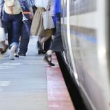 「ドア付近ではいったん降りて」 電車通勤「1年生」増える春、乗降マナーの呼びかけ増える