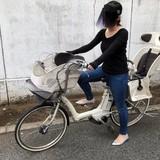 サンバイザーを付けて自転車を運転 視界を隠して乗る主婦に恐怖