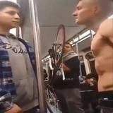 「電車内で上半身裸の男がケンカを売り始めた…」→ヒーローが現れ乗客に笑顔が戻る
